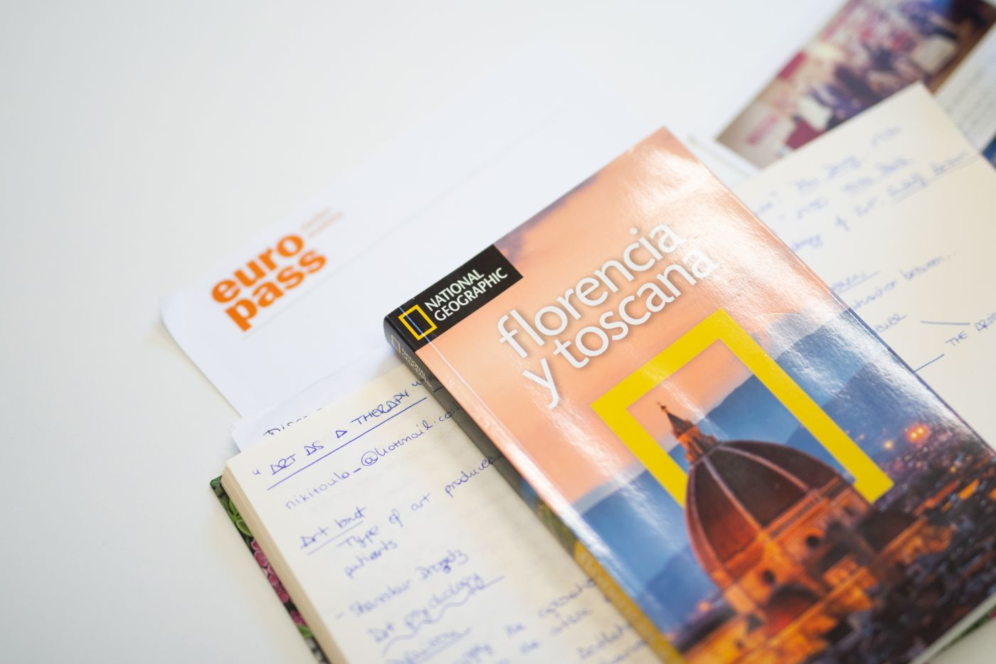 A spanish guide of Florence on the table